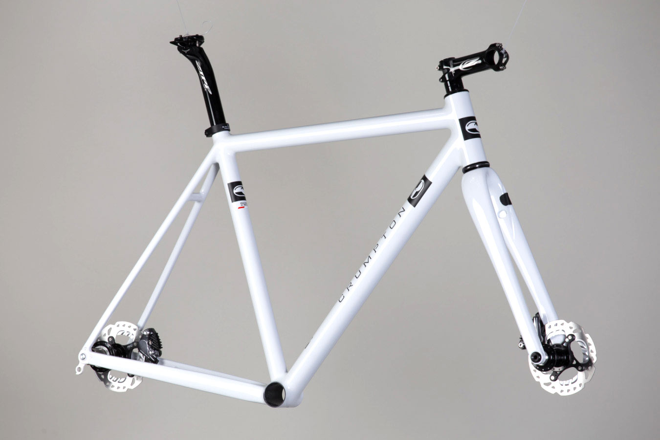 Show in gloss white with matte black graphics, Shimano flat-mount brakes, White Industries hubs, and an Enve gravel fork.